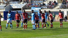 Jugadores del Club Deportivo El Ejido preparados para tratar de rematar una acción de estrategia en ataque.