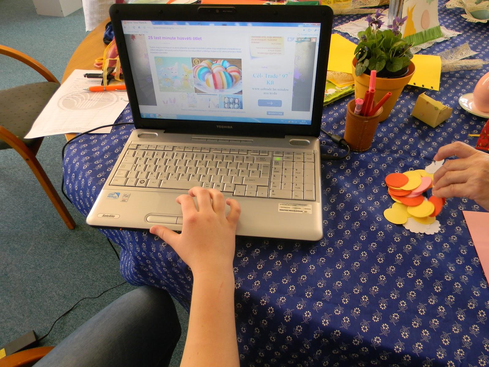 Laptop az asztalon
