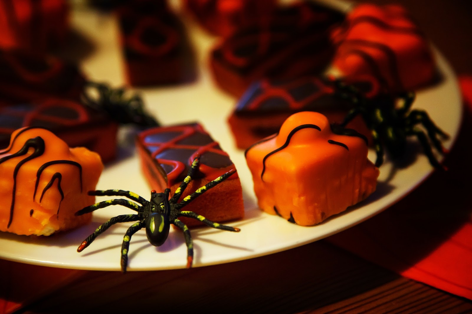 Dessert plate with plastic spiders
