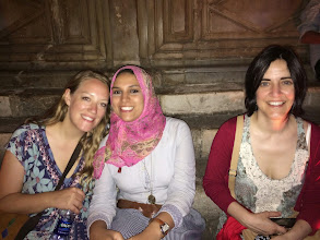 Photo: astrid (alemania) y bassant (egipto), responsables de mahatat collective.