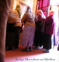 Photo: Konya - Vrouwen die zich gereed maken om het Mausoleum binnen te gaan