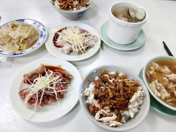 傳統台式美食。懷念的老味道😋😋 推薦👉雞魯飯、蛤仔排骨湯美味好吃 點個飯、湯品、幾樣小菜就能吃飽飽
