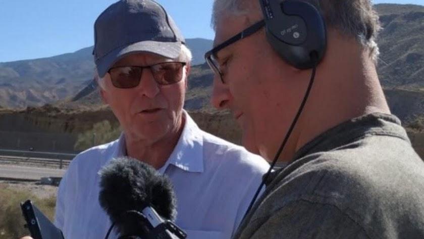 Peter Beale y Mark Burman conversando.