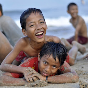 Anak pantai by Achmad Bachtiar - Babies & Children Child Portraits ( sand, pantai, children, beach, nelayan )