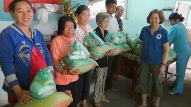 Photo: Phát quà cho người nghèo Phú An Hoà/ Huyện Châu Thành