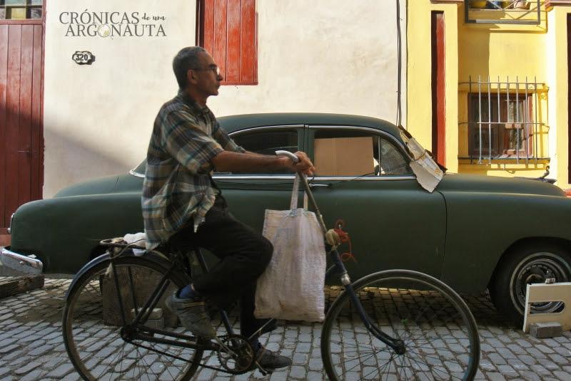 bicicleta y coche en Cuba