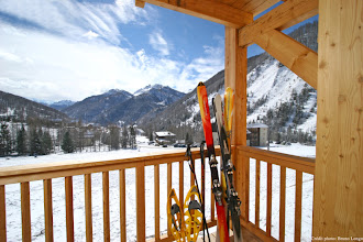 Photo: Vue sur les montagnes depuis le balcon d'un appartement de la résidence