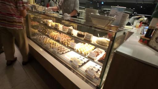 甜點是吃到飽餐廳最多的一家,炒冰(類似 cold stone)很特別。現煮牛肉清湯,蛤蜊清湯超讚。