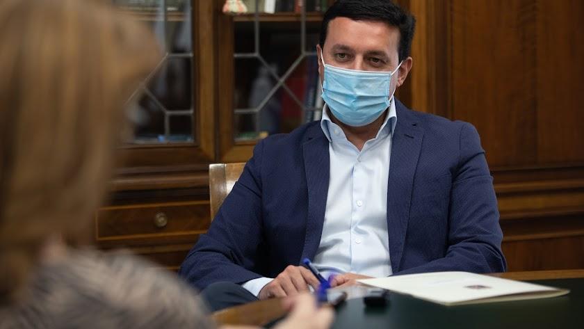 El presidente de la Diputación, en su despacho y pertrechado con la mascarilla, durante la entrevista. Curro Vallejo
