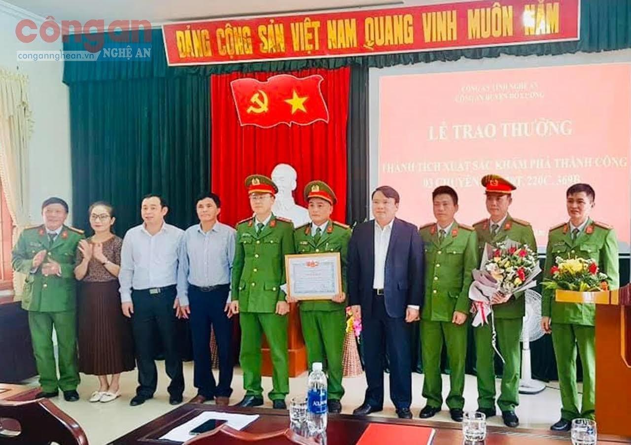 Lãnh đạo Huyện uỷ, UBND huyện Đô Lương trao thưởng                         cho Công an huyện
