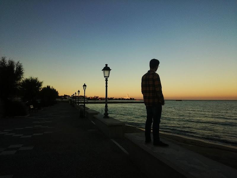 l'uomo che fissava il mare di Mattia Lezzi