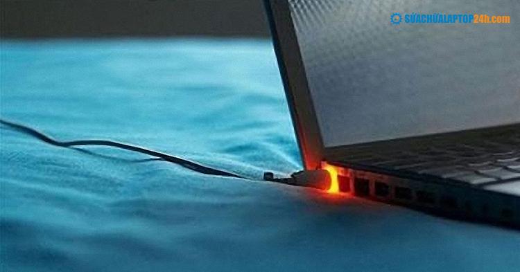 Tránh để laptop ở những nơi dễ khiến nhiệt độ tăng cao