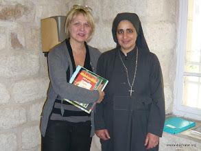 Photo: Remise de livres à Sr Esther de l'école copte de Jérusalem