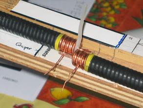 Photo: Le petit fil de cuivre provient d'une chute de coax , avant soudure avec un coton tige je badigeonne de la pâte Hampton c'est un décapant qui facilite la soudure (voir tout en bas l'essai avec coax KX4)