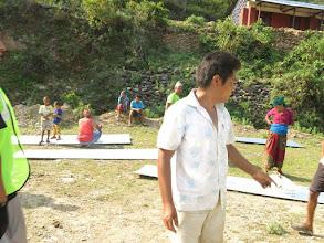Photo: Voluntarios de la Fundació Casa del Tibet repartiendo láminas de metal para las cabañas en la aldea de Khalte, distrito de Dhading.