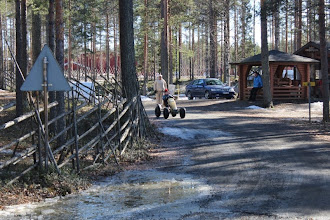 Photo: Lumen puutteen vuoksi mäenlaskukisa vaihtui polkuautokisaksi.