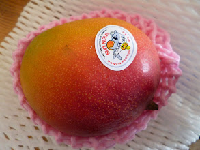 Photo: My mother's love; she ordered extremely sweet and juicy Mexican mangoes to treat us, surprisingly by hopping 1,000 yen per piece! The taste was different from the Mangoes we eat in India, but surely, we enjoyed it very much. 2nd July updated (日本語はこちら) -http://jp.asksiddhi.in/daily_detail.php?id=591