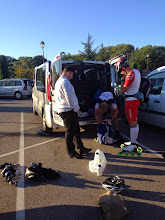 Photo: Rendez-vous avec PUC au parking de la sortie de Bédoin. Chargement des affaires dans le minibus de PUC. De gauche à droite : Stéphane (président de PUC roller), Charles, et Daniel.