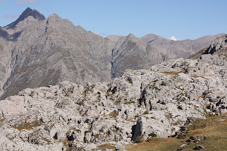 Photo: Le stationnement prolongé du glacier a, par l'action de ses eaux de fonte, engendré une intense érosion de la roche calcaire.