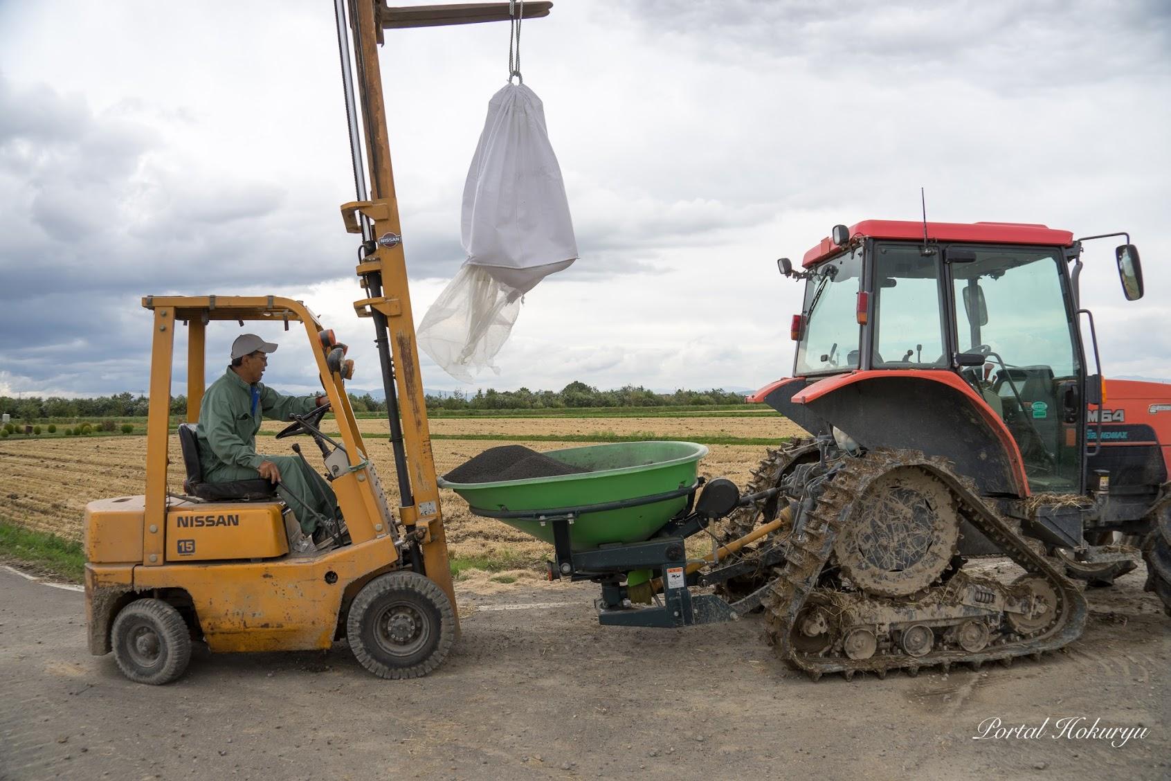 ケイ酸資材の積載作業
