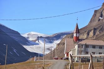Photo: Longyearbyen, avec le glacier au bout de la rue principale !