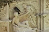 Fonte Gaia in de Piazza del Campo, Siena. Detail van het linkse zijpaneel met De schepping van Adam