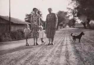 Photo: Na cesarce w Rogoźniku . Z lewej strony pomieszczenia gospodarcze stacji kolejowej. Od prawej strony Zofia Aksamit z córką Genowefą .W środku Antonina Aksamit.  Zdjęcie udostępnione prze P.Ewe Aksamit.