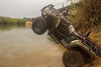 Photo: Preparing to cross the Luando River with adiesel quad Preparando uma moto 4X4 diesel para atravessar o rio Luando