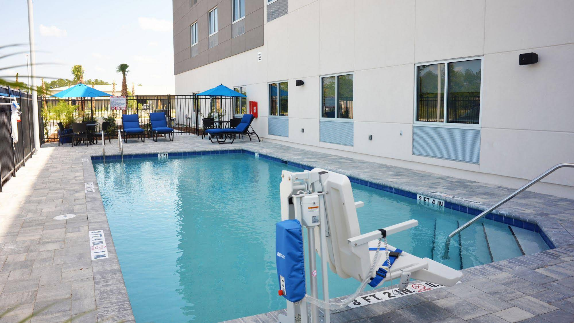 Holiday Inn Express and Suites Jacksonville W I295 and I10