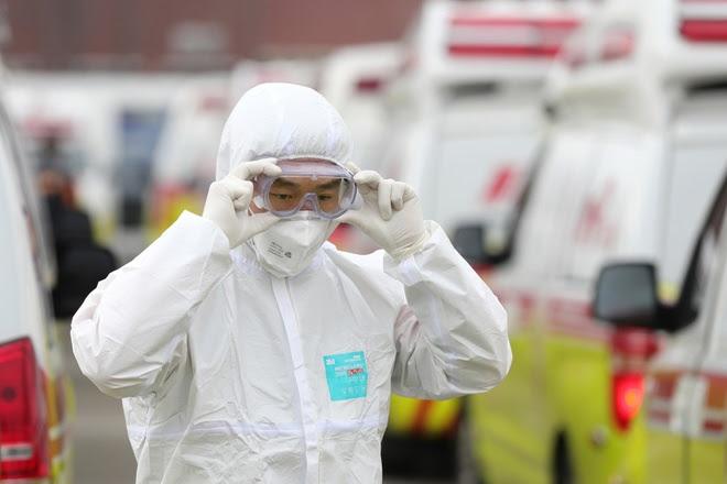 Bác sĩ Hàn Quốc trong trang phục bảo hộ tại một bệnh viện ở thành phố Daegu, tâm điểm đợt bùng phát lây nhiễm virus SARS-CoV-2 trong cộng đồng