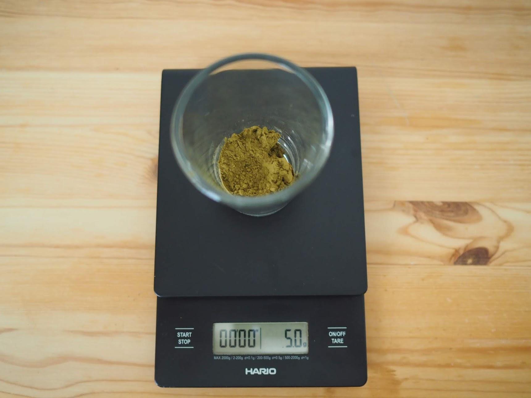粉末ほうじ茶を計量する