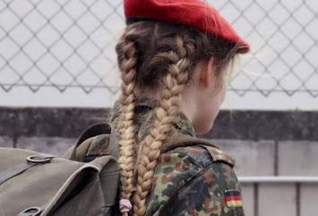 Junge Frau Uniform.JPG