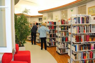 Photo: Sodelujoči v Knjižnici Medvode na delavnici poezije, ki med policami iščejo pesmi. Delavnico je vodila Barbara Pregelj iz Založbe Malinc.