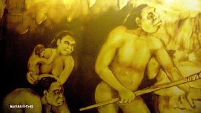 Photo: Manusia purba hidup dalam goa batu (Zaman Mezolitik). Lukisan dinding Museum La Galigo, Makassar. http://nurkasim49.blogspot.de