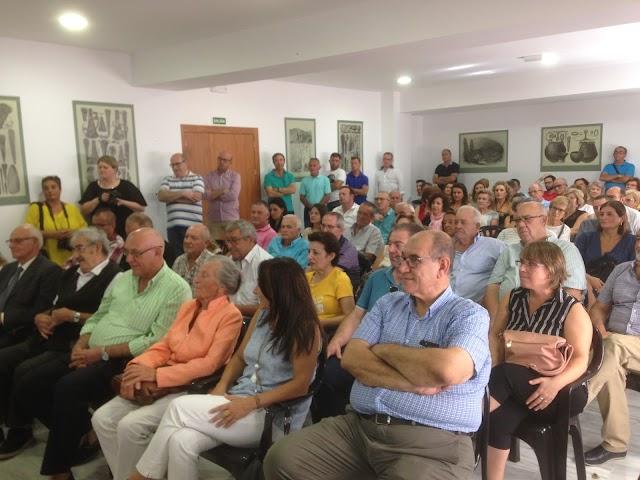 Vecinos de Antas y amigos del Argar abarrotaron la nueva sala de conferencias para acompañar Hermanfrid Schubert en su homenaje.