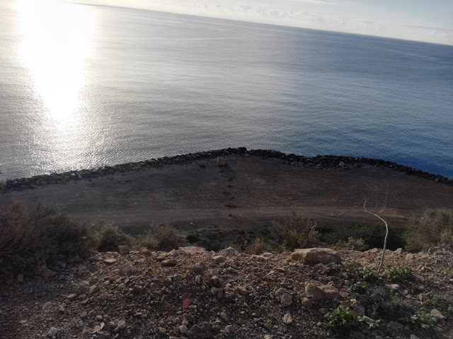 La piedra, tras caer y causar enormes destrozos en la carretera, rodó hasta la explanada junto al mar.