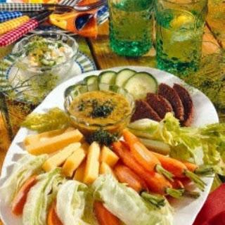 Gemüseplatte mit Dips