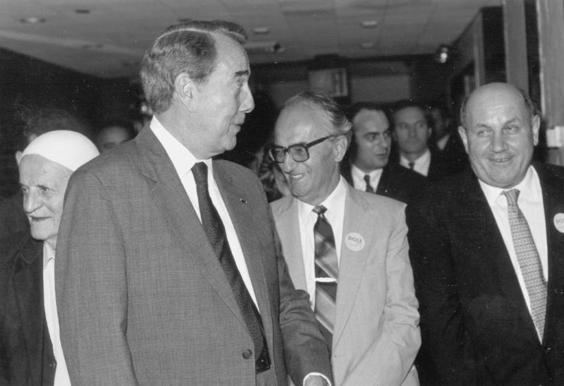 Ish senatori Dole (majtas) me prof. Sami Repishtin (në mes) dhe Xhemail (Jim) Xhemën.
