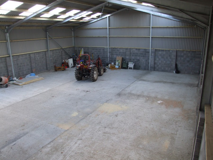 Хлев с бетонным полом
