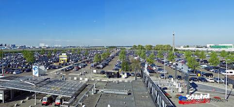 Photo: Uitzicht vanuit de P3 parkeergarage op Schiphol.