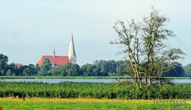 Photo: Die dreischiffige Stiftskirche St. Maria, St. Johannes und St. Elisabeth in Bützow  am Fluß der Warnow ist ein Beispiel der Norddeutschen Backsteingotik des 13. Jahrhunderts.