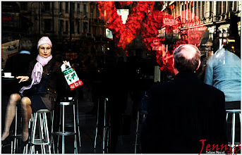 Photo: Dame mit rosa Schal im Café in Wien