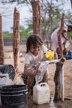Photo: Niño y agua en la Guajira - comunidad de Jawapiakat - Maicao