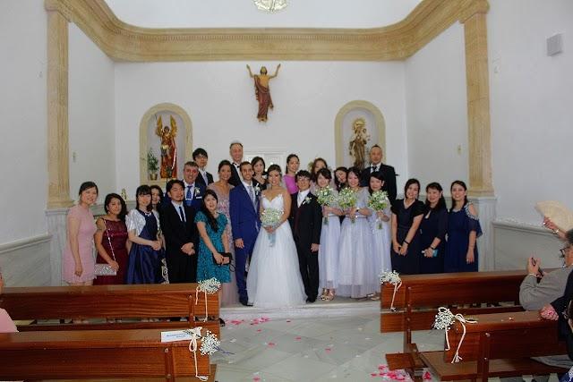 Los novios junto a la familia japonesa de Hikari ante el altar de la iglesia de Las Salinas.