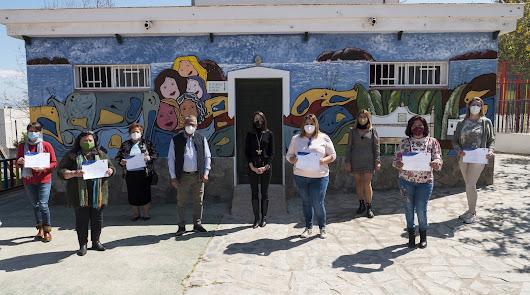 Las mujeres de Íllar realizan un mural conmemorativo con motivo del 8M