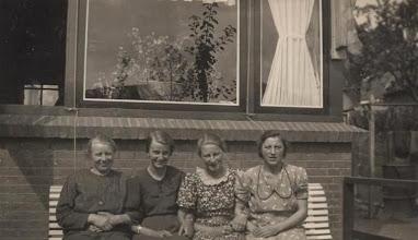 Photo: Links Mevr. de Jong van de kruiwagenfabriek rechts Neeltje.