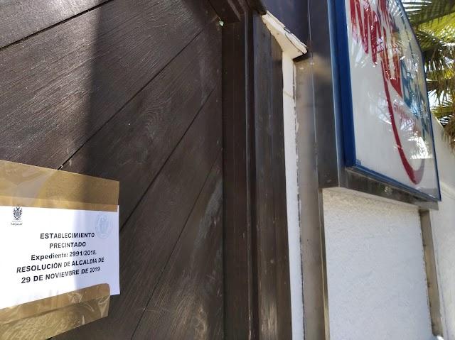 Cartel situado en la puerta del Maui.