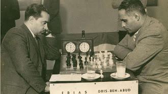 Antonio Frías Giménez (1909-1997), a la izquierda, disputando el Campeonato Nacional de Ajedrez de 1947 en Valencia.