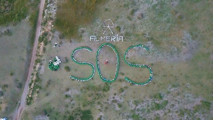 Un 'SOS' gigante realizado con las bolsas de basura recogidas por los voluntarios, imagen de Manuma.