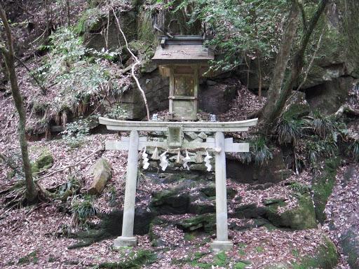 対岸に龍鎮神社